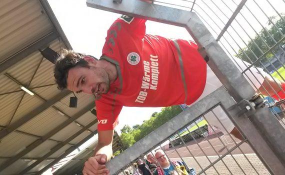 Engelmann traf sogar noch vor dem Halbzeitpfiff zum 3:1, und ließ sich für seinen Hattrick auf dem Zaun vor den Ultras gebührend feiern.